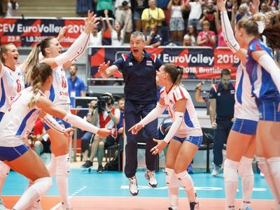 Hráčky zo Slovenska a tréner Slovenska Marco Fenoglio oslavujú víťazstvo