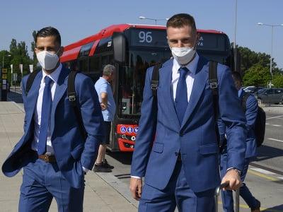 Na snímke slovenskí reprezentanti, sprava Milan Škriniar a Dávid Hancko pred odletom do Petrohradu