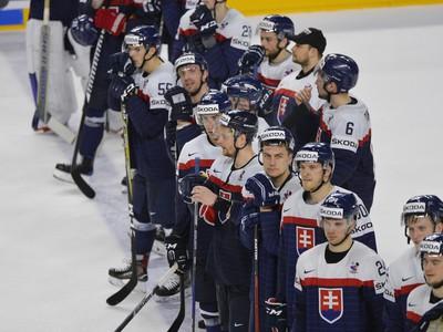 Smutní slovenskí hokejisti po prehre so Švédskom