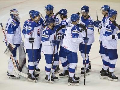 Na snímke slovenskí hokejisti sa tešia po výhre 6:3 po zápase základnej A-skupiny Francúzsko - Slovensko