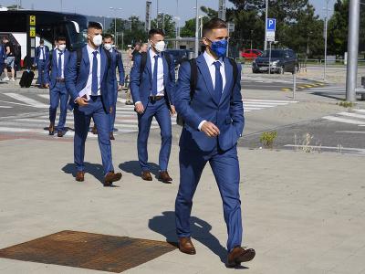 Na snímke v popredí slovenský reprezentant Peter Pekarík pred odletom do Petrohradu na majstrovstvá Európy vo futbale