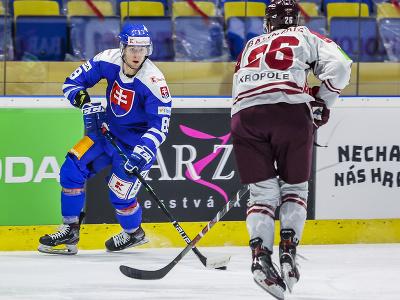 Zľava Adrián Holešinský (SR) a Uvis Balinskis (Lotyšsko) počas 2. prípravného zápasu slovenskej hokejovej reprezentácie pred majstrovstvami sveta 2021 v lotyšskej Rige proti Lotyšsku v Piešťanoch