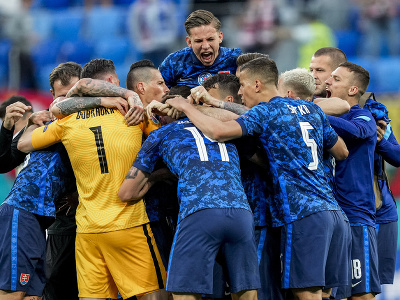 Slovenskí futbalisti oslavujú víťazstvo
