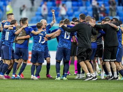 Slovenskí futbalisti oslavujú víťazstvo nad Poľskom