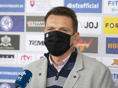 Tréner slovenskej futbalovej reprezentácie Štefan Tarkovič počas tlačovej konferencie