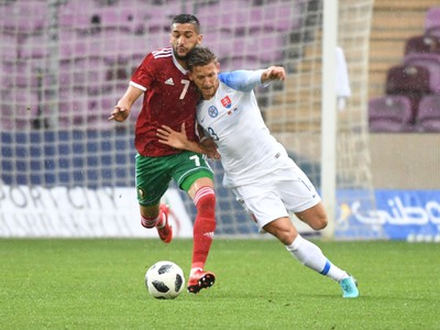 Hakim Ziyech a Patrik Hrošovský v súboji o loptu