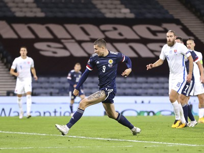 Lyndon Dykes zo Škótska strieľa gól