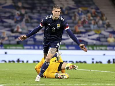 Škót Lyndon Dykes sa teší z gólu