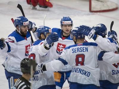 Na snímke gólová radosť slovenských hokejistov
