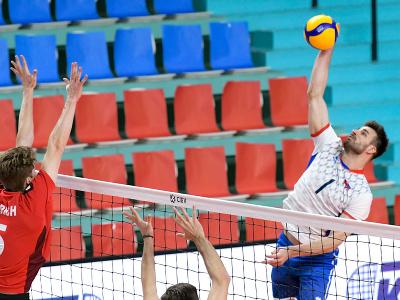 Luca Urlich (Švajčiarsko) a Peter Michalovič (Slovensko) v zápase prvého turnaja kvalifikácie E- skupiny ME 2021
