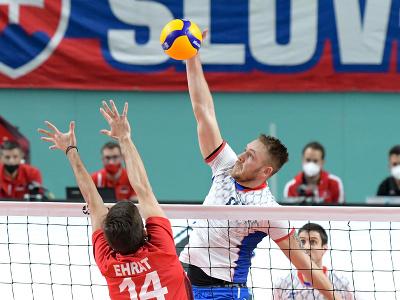 Samuel Ehrat (Švajčiarsko) a Peter Ondrovič (Slovensko) v zápase prvého turnaja kvalifikácie E- skupiny ME 2021