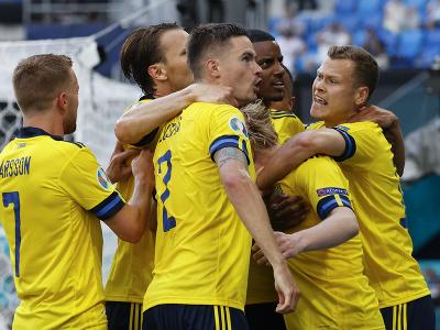 Futbalisti Švédska oslavujú gól