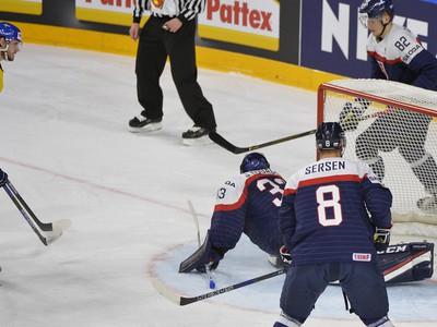 Július Hudáček (Slovensko) inkasuje druhý gól z hokejky Švéda Olivera Ekmana-Larssona