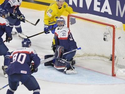 Július Hudáček (Slovensko) inkasuje gól z hokejky Švéda Williama Nylandera