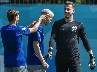 Slovenskí futbaloví reprezentanti zľava Patrik Hrošovský, Ondrej Duda a brankár Martin Dúbravka  počas tréningu