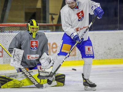 Zľava brankár Denis Godla a Martin Bučko počas prípravného kempu slovenskej hokejovej reprezentácie.
