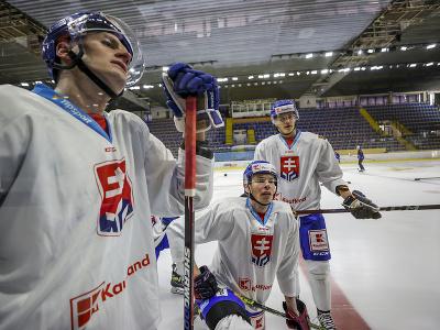 Zľava hokejisti Martin Chovan, Marek Ďaloga a Patrik Koch počas prípravného kempu slovenskej hokejovej reprezentácie.