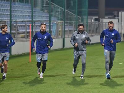 Patrik Hrošovský, Peter Pekarík, asistent trénera Samuel Slovák a hráč Lukáš Pauschek počas úvodného tréningu