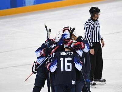 Radosť amerických hokejistov po góle