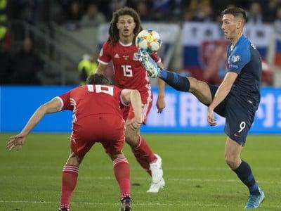 Róbert Boženík v súboji s hráčmi Walesu