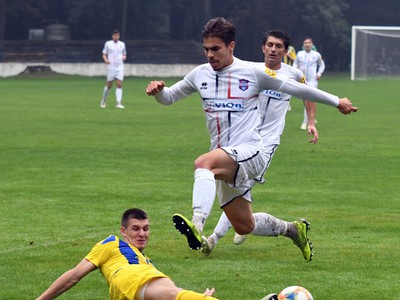 Hráč Slavoja Ľubomír Korijkov, vpravo hráč ViOnu Martin Kovaľ