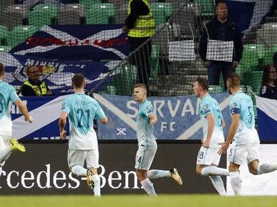 Hráči Slovinska oslavujú gól