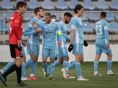 Hráči Slovana sa radujú z gólu na 1:0