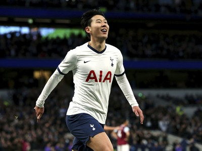 Son Heung-min oslavuje gól
