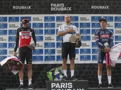 Taliansky cyklista Sonny Colbrelli (uprostred) pózuje s druhým Belgičanom Florainom Vermeerschom (vľavo) a tretím Holanďanom Mathieuom van der Poelom (vpravo) po pretekoch 118. ročníka monumentu Paríž - Roubaix