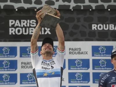 Taliansky cyklista Sonny Colbrelli s víťaznou trofejou po triumfe na pretekoch 118. ročníka monumentu Paríž - Roubaix