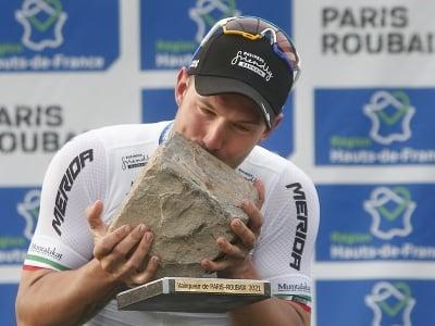 Taliansky cyklista Sonny Colbrelli bozkáva trofej po jeho víťazstve pretekov 118. ročníka monumentu Paríž - Roubaix