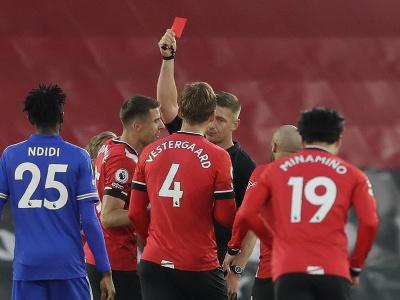 Rozhodca Robert Jones ukazuje červenú kartu futbalistovi Southamptonu Jannikovi Vestergaardovi