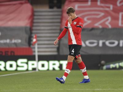 Futbalista Southamptonu Jannik Vestergaard odchádza z ihriska po vylúčení
