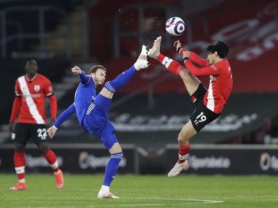 Futbalista Leicestru James Maddison (vľavo) a hráč Southamptonu Takumi Minamino bojujú o loptu