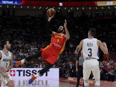 Španielsky basketbalista Ricky Rubio strieľa na kôš