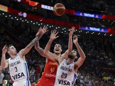 Argentínski basketbalisti Luca Vildoza (vľavo) a Patricio Garino (vpravo) a uprostred Španiel Juancho Hernangomez vo finále majstrovstiev sveta