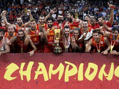 Španielski basketbalisti oslavujú titul majstrov sveta po víťazstve nad Argentínou vo finále