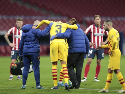 Zranený Gerard Piqué opúšťa