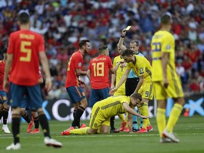 Hlavný rozhodca ukazuje žltú kartu španielskemu futbalistovi Jordimu Albovi