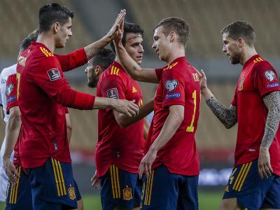 Španielski futbalisti sa tešia po strelení gólu