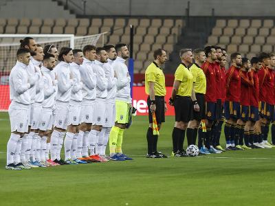 Hráči Kosova a Španielska pred zápasom