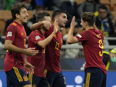 Španielski futbalisti oslavujú gól
