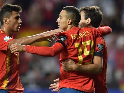 Rodrigo oslavuje so svojimi spoluhráčmi