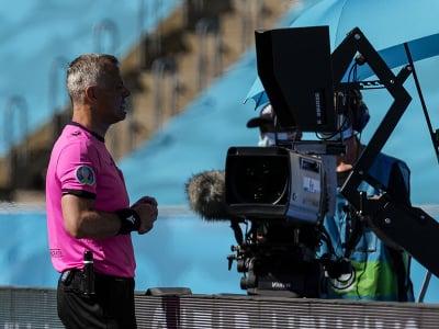 Rozhodca Bjorn Kuipers overuje penaltu v systéme VAR