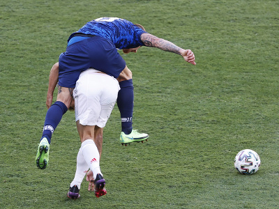 Juraj Kucka na chrbte španielskeho hráča