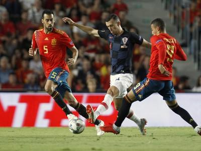 Hráč Chorvátska Ivan Perišič (v strede) a hráč Španielska Rodrigo Moreno (vpravo)