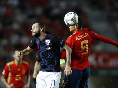 Hráč Chorvátska Marcelo Brozovič (v strede) a hráč Španielska Rodrigo Moreno (vpravo)