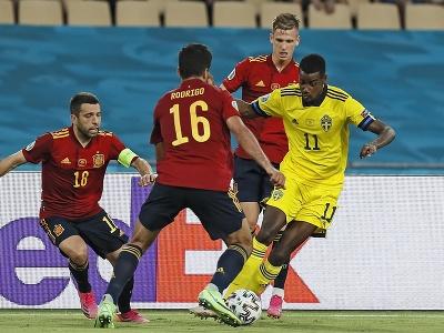 Alexander Isak kľučkuje medzi španielskymi hráčmi