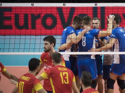 Na snímke v pozadí slovenskí volejbalisti sa radujú po víťazstve v prvom sete