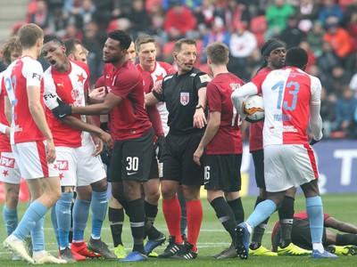 Rozhodcovia v derby pražských